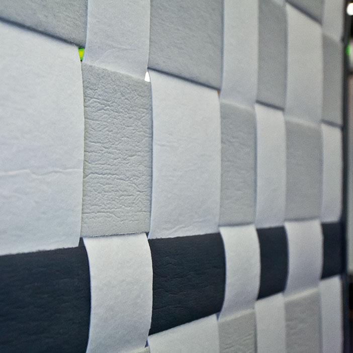Die Von Der Decke Abgehängte Einzelskulptur Torso Ist Ein Kompositaufbau,  Bestehend Aus Einer Weißen. Grundplatte Und 24 Ovalen Scheiben Aus ...